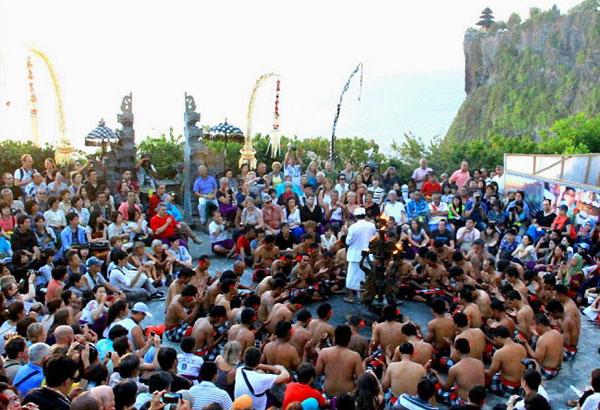乌鲁瓦图神庙(Uluwatu Temple)祭神的传统舞蹈——Kecak Dance(克差舞)