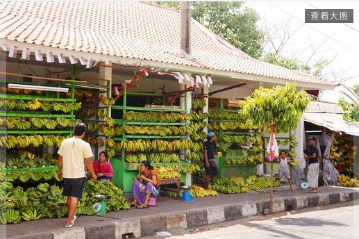巴厘岛居民为加隆安日准备竹子和香蕉