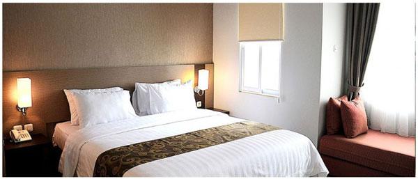 洛林新库塔酒店(Lorin New Kuta Hotel)位于乌鲁瓦图新库塔区,每间空调客房都能欣赏到花园或大海的景色,配有休息区、平面卫星电视、一个电热水壶,浴室内配有淋浴和免费洗浴用品。 洛林新库塔酒店(Lorin New Kuta Hotel)拥有一个大型的热带花园,设有一间餐厅和一个商务中心,提供免费无线网络,并提供前往库塔区的免费定时班车服务。客人可请求24小时前台的工作人员提供行李寄存服务、洗衣服务和