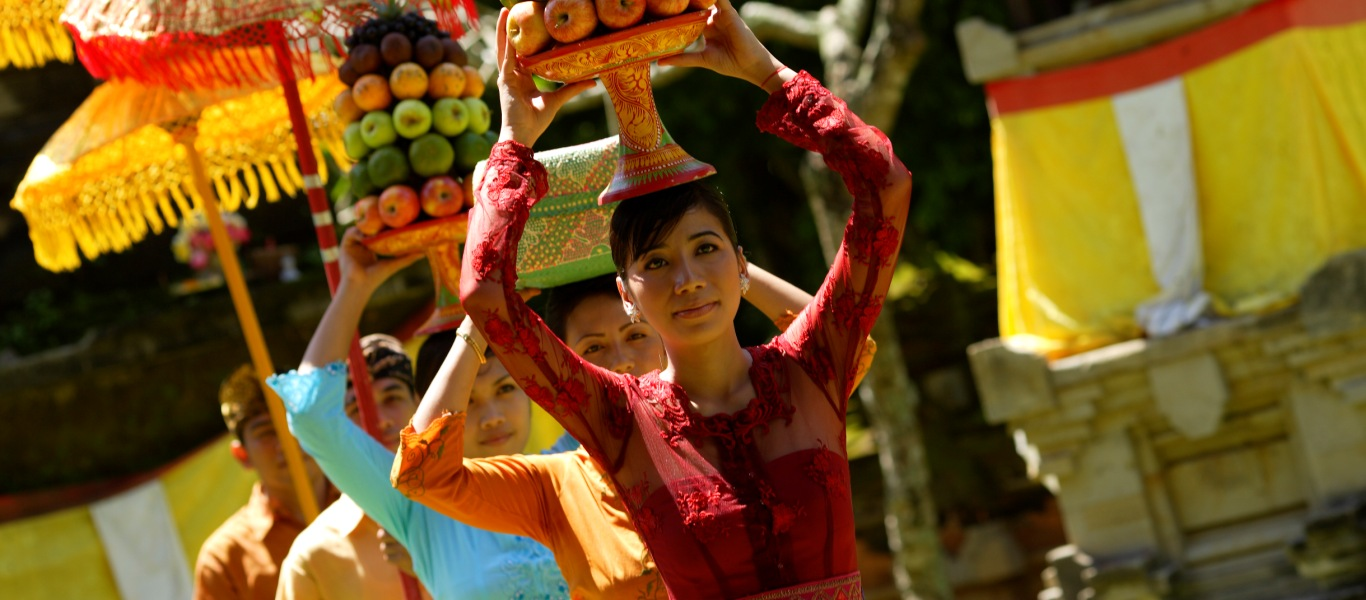 巴厘岛街头头顶水果祭品的美女