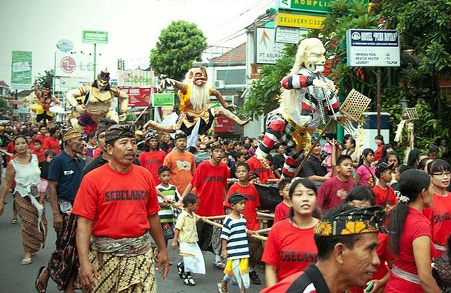 巴厘岛安宁日(Nyepi Day)前一天的大游行